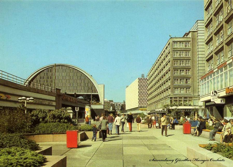 Berlin Hauptstadt der DDR Am Bahnhof Alexanderplatz