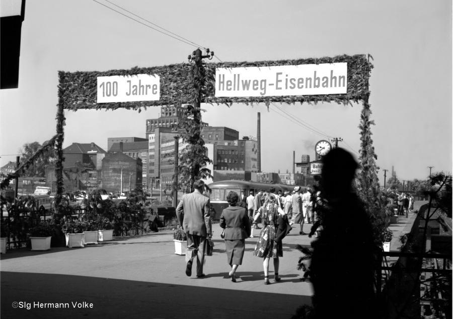 Von Dortmund fuhren vermutlich Sonderzüge nach Holzwickede hier die Bilder von Gleis 2 und 3 in Dortmund Hbf links im Hintergrund die Union Brauerei und Triebwagen Vt 95, auf dem rechten Bild Zug mit den alten Abteilwagen