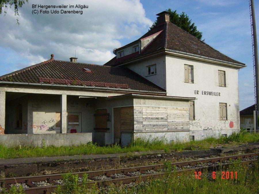 Am 01.06.1985 hat der letzte Zug in Hergensweiler gehalten. Der Personenverkehr wird seither mit Bussen abgewickelt.