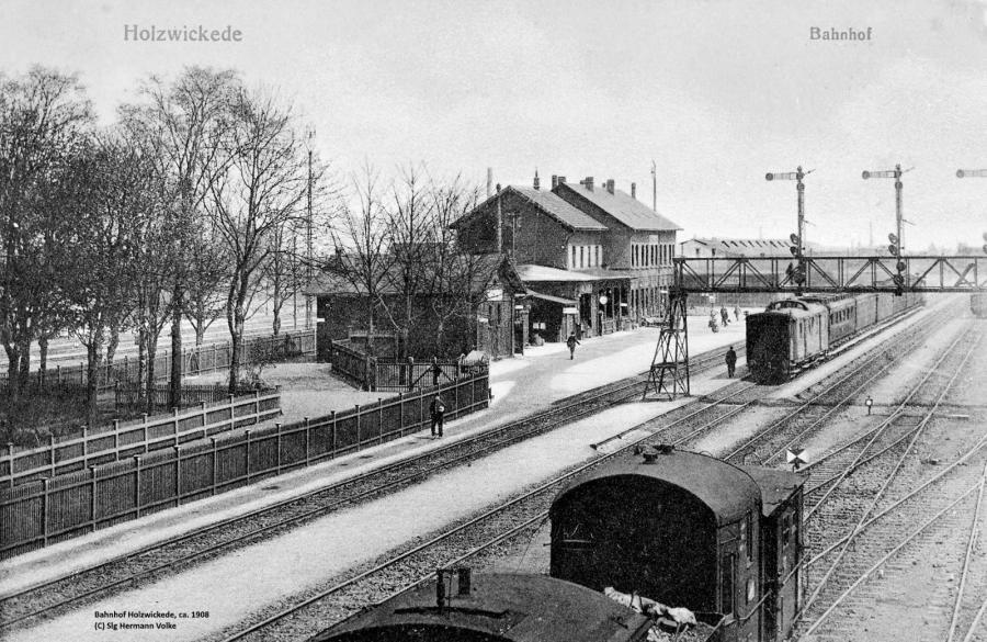 Blick in nordöstlicher Richtung auf das 1860 in Betrieb genommene Bahnhofsgebäude. Die Eisenbahnunterführung bestand zu dieser Zeit noch nicht.