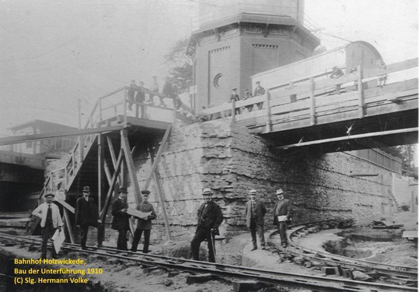 Bau der Unterführung am Bahnhof Holzwickede. Die Bauarbeiten wurden am 01.07.1910 aufgenommen. Ende März 1911 wurde der bisherige hohe eiserne Fußgängersteg über die Bahnanlagen abgebrochen.   Foto vom 09.03.1910