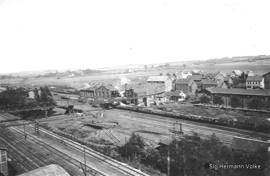 Das Bild stammt ca. aus dem Jahre 1910 In etwa der Mitte des Bildes sieht man noch den Eisernen Steg für die Fußgänger der quer über die Bahnanlagen ging.  Der Steg wurde 1911 mit Einführung der Unterführung abgebrochen