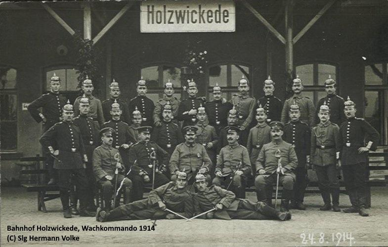 24.08.1914 vor dem Bahnhofsgebäude in nördlicher Richtung   Während des 1. Weltkrieges kamen viele Truppentransporte durch den Bahnhof Holzwickede, so dass fast ständig ein größeres Wachkommando am Bahnhof war.  Das Bild zeigt Mitglieder des Wachkommandos.