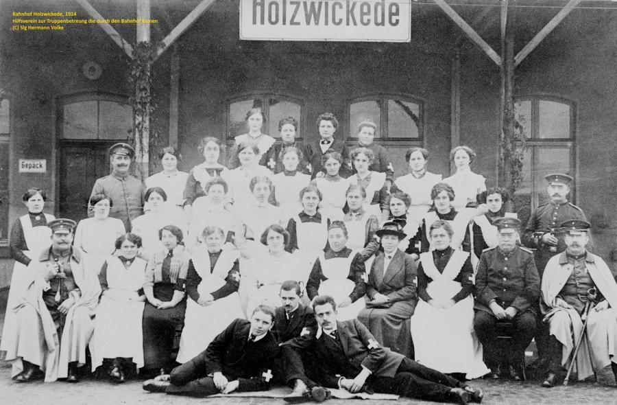 Zur Truppenbetreuung die durch den Bahnhof Holzwickede kamen, bildete sich aus Frauen der Gemeinde Holzwickede am Bahnhof ein Hilfsverein, der auch in ruhigeren Zeiten für die Verwundetenheime und Lazarette, strickte und nähte