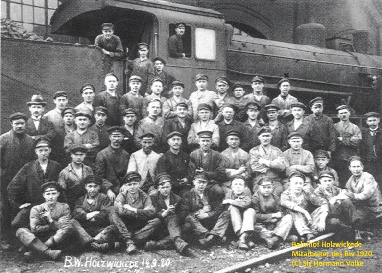 Das Bild vom 14.09.1920 zeigt einen Teil der Belegschaft, die die Lokomotiven nicht nur wartete, sondern auch kleinere Reparaturen vornehmen konnten