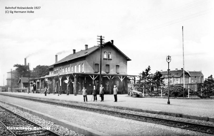 Blick in nordwestlicher Richtung auf das Bahnhofsgebäude  im Jahre 1927