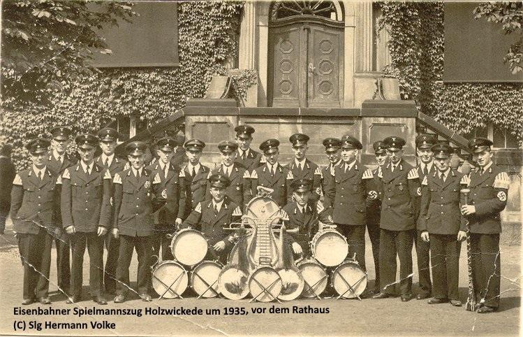 Der Eisenbahner Spielmannszug um 1935 vor der Treppe des Rathauses Holzwickede am Marktplatz