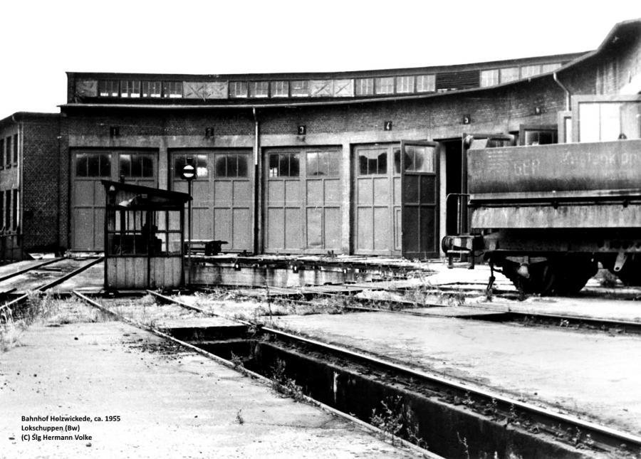 Der Lokschuppen und die davor liegende Drehscheibe (Aufnahme aus dem Jahr 1955)