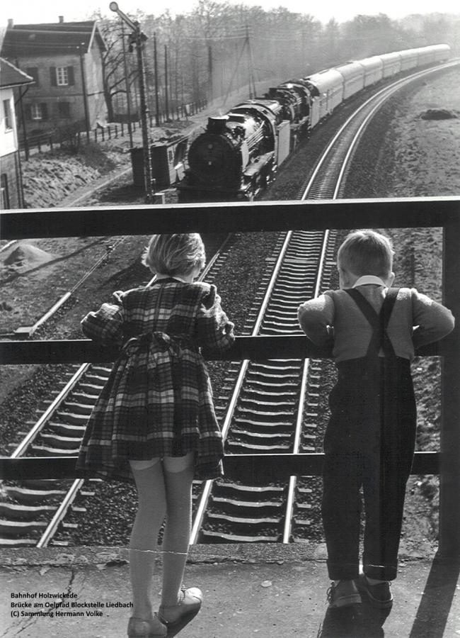 Auf dem Bild sind die Kinder des Fotografen Wiegard zu sehen.