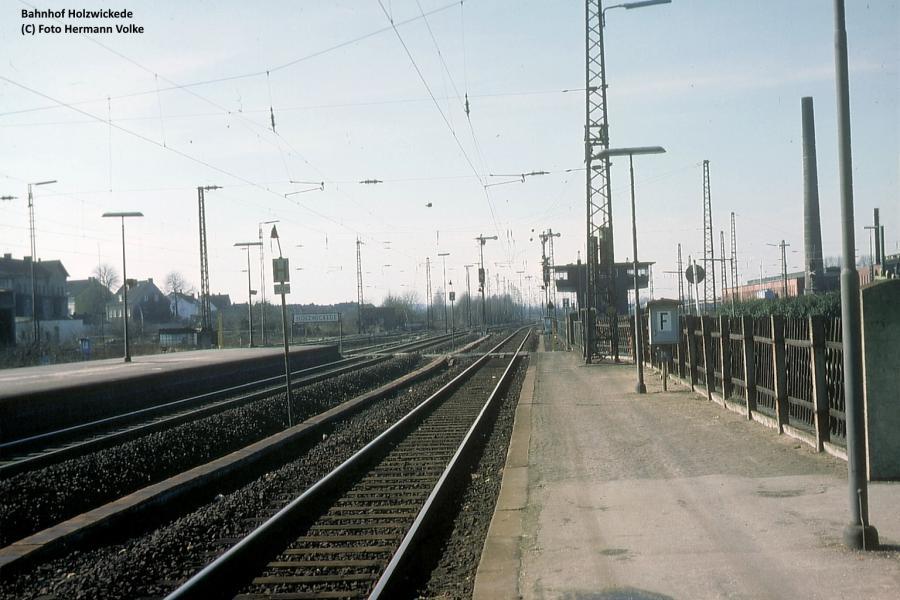 Blick Bahnhof Holzwickede aus Gleis 4 in Richtung Dortmund-Sölde - Dortmund-Hbf  links die Ausfahrt von Gleis 3 in Richtung Schwerte (R) im Hintergrund das 1978 abgerissene Fahrdienstleiter Stellwerk Hz Aufnahme 1978