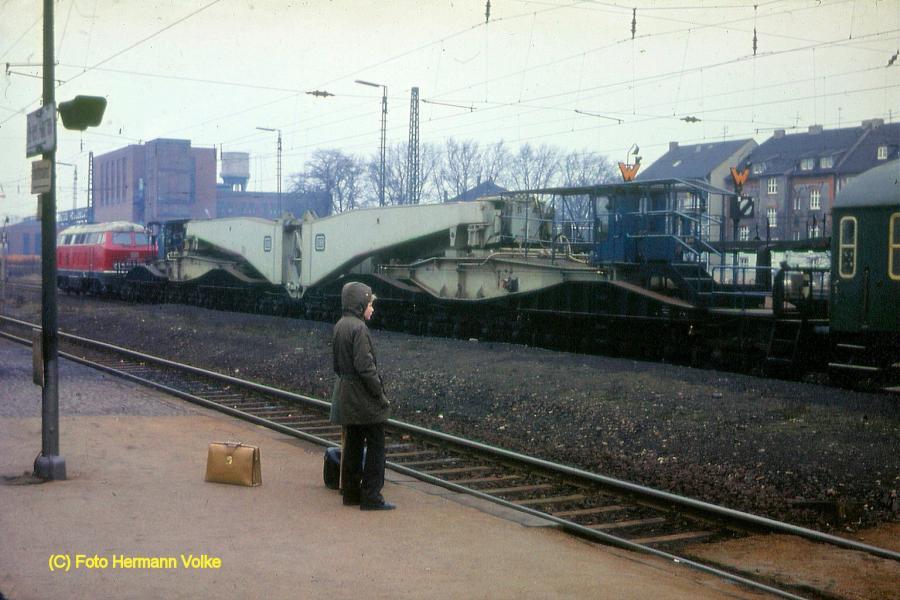 Ein Tragschnabelwagen 31-80-9990800-2 der  Baureihe Uai 839 macht Station in Holzwickede
