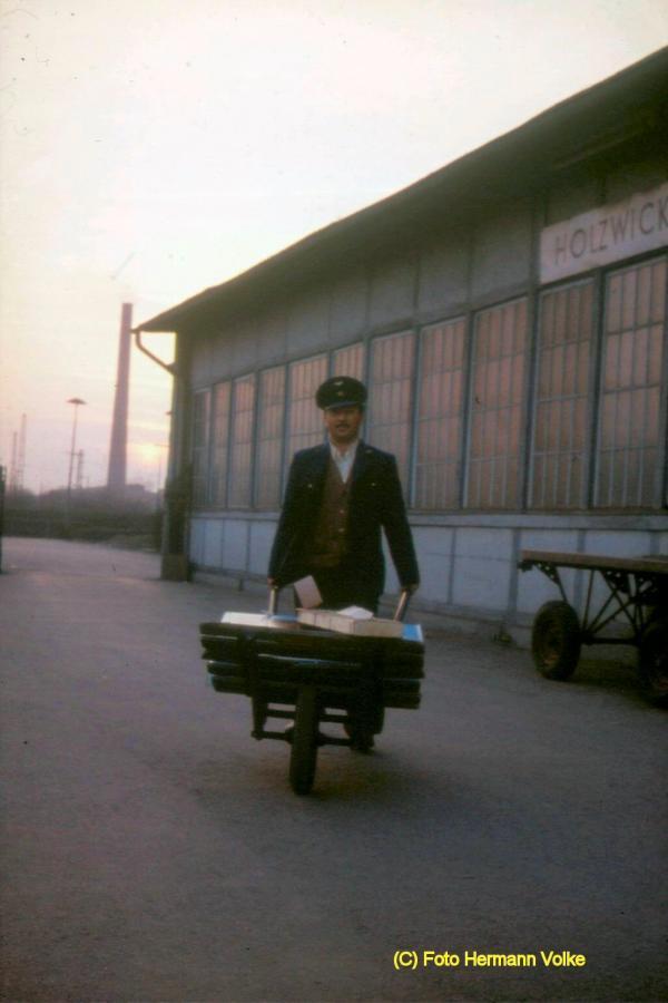 Der 1. ausl. Mitarbeiter beim Bahnhof Holzwickede, Nyazi Toker aus der Türkei beim Transport von Expressgut zum Zuge