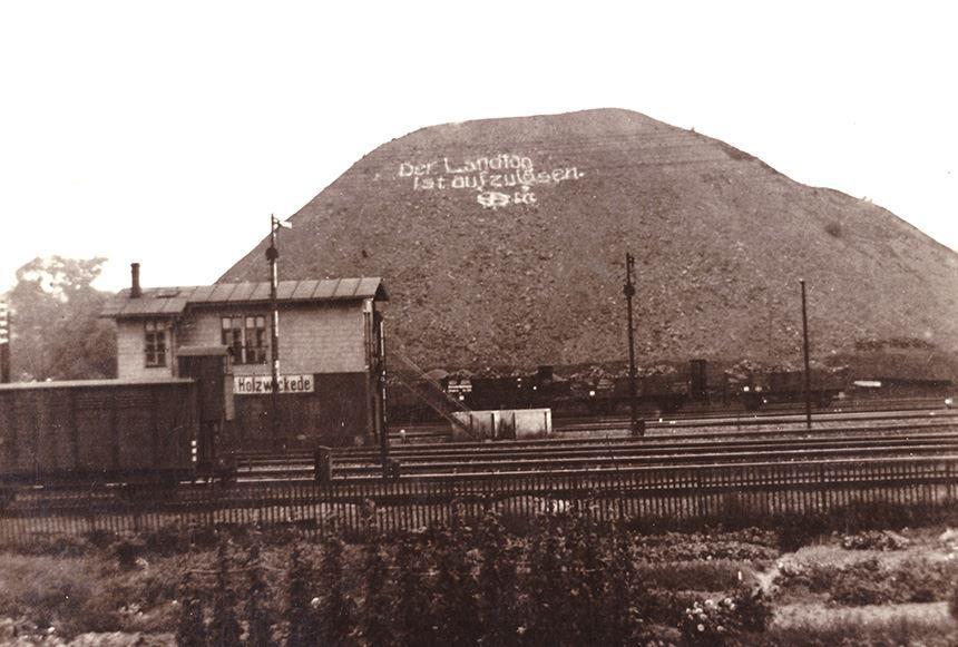 ein Bild ca. aus den 1930er Jahren, es zeigt die Halde der Zeche Caroline und davor das Stellwerk Hwt