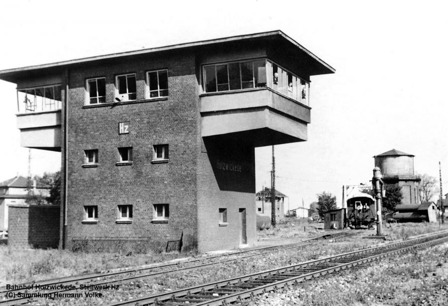 Auf dem Bild ist der ehemalige Wasserturm zu sehen, der 1958 abgebrochen wurde.