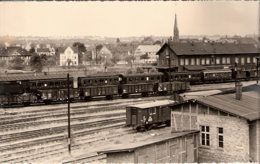 Im Vordergrund rechts die Güterabfertigung mit dem Ladegleis und den Gleisen zum Ablaufberg und nördlichen Bahnhofsgelände.  Bildmitte links die frühere Betriebsküche, die später als Aufenthaltsraum für Zugpersonale und Rangierer diente.