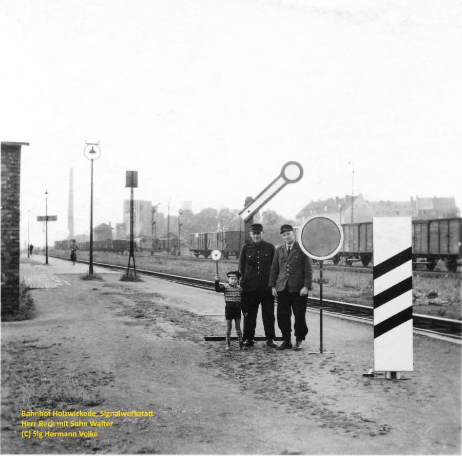 Das Bild zeigt links die ehemalige Signalwerkstatt am Ende des Bahnsteigs 1 in Richtung Unna, mit Herrn Reck und seinem SohnWalter, der heute Lokführer bei der DB ist