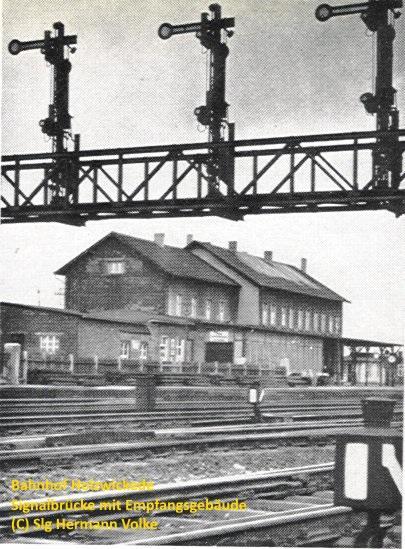 die Signalbrücke, im Hintergrund das Bahnhofsgebäude