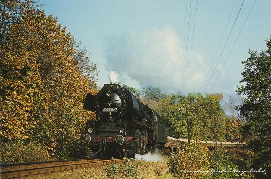 Güterzugdampflokomotive 50 3516  mit einem Sandzug auf der Muldentalbahn hinter Wolkenburg