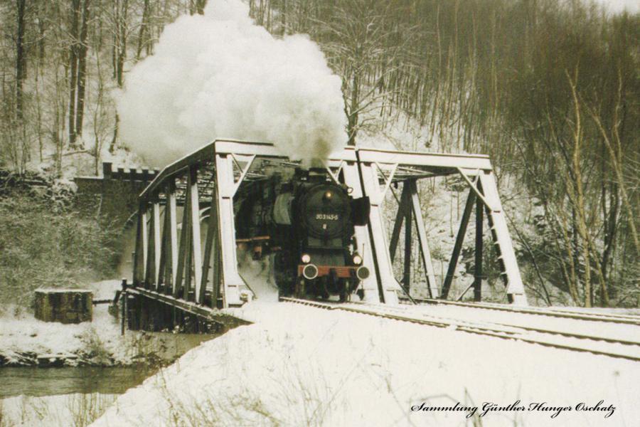 Güterzugdampflokomotive 50 3145  fährt mit DMV-Sonderzug aus Niederschlemaer Tunnel aus