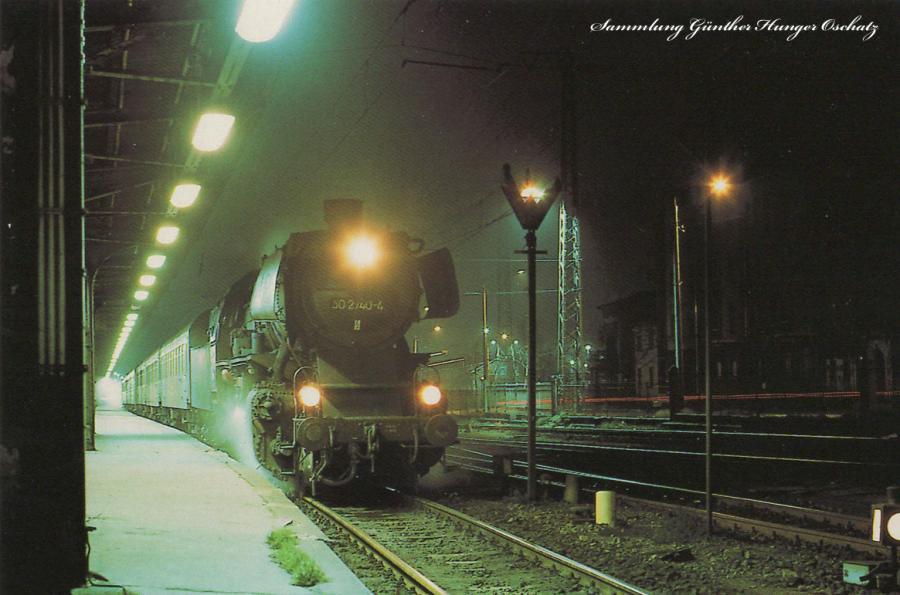 Güterzugdampflokomotive 50 2740  mit Personenzug nach Aue im Karl-Marx-Städter Hauptbahnhof