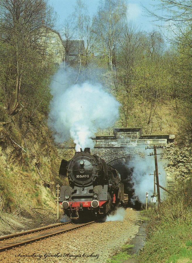 Güterzugdampflokomotive 503697  durchfährt mit einem Sandzug den Rochsburger Tunnel