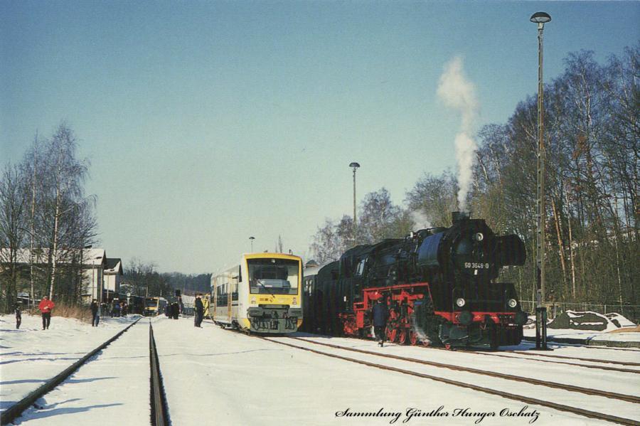 Verbrennungstriebwagen VT 12 (Freiberger Eisenbahn) und Güterzugdampflokomotive 50 3648im Bahnhof Mulda