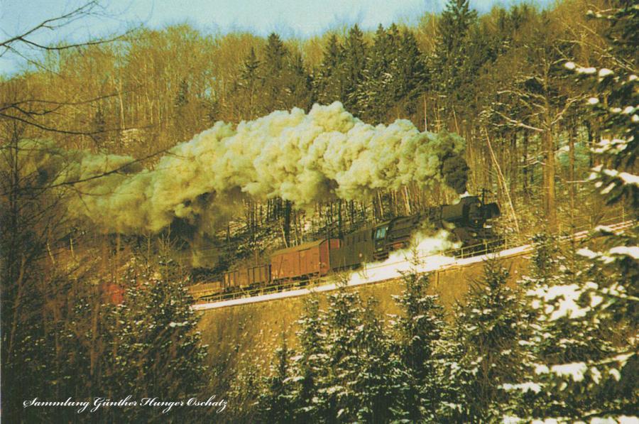 Rekodampflokomotive 50 3698  befährt mit Nahgüterzug nach Pockau-Lengefeld die Stützmauer vor Grünhainichen-Borstendorf