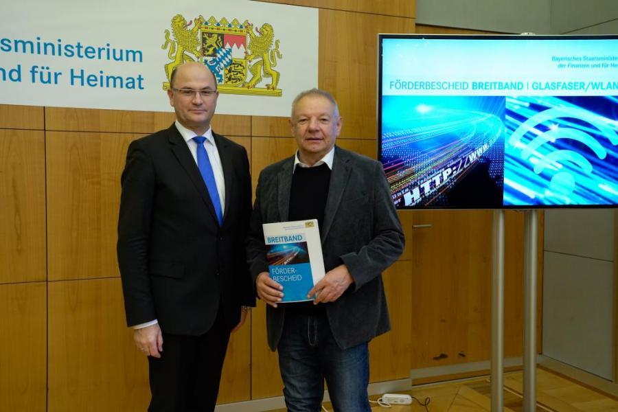 Bürgermeister Walter Czech erhält die Förderbescheide in Höhe von 611.487 € und 303.745 €.