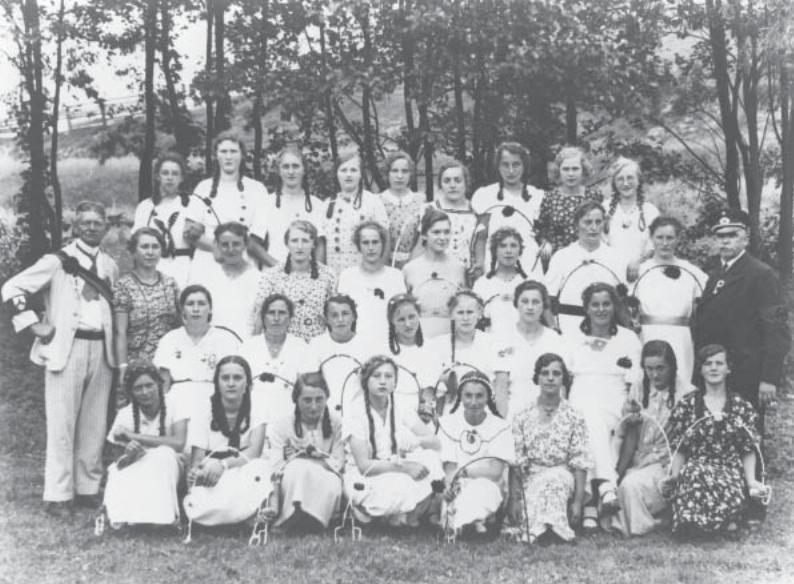 Herrman Fritz, links im Bild, mit einer Mädchen-Tanzgruppe