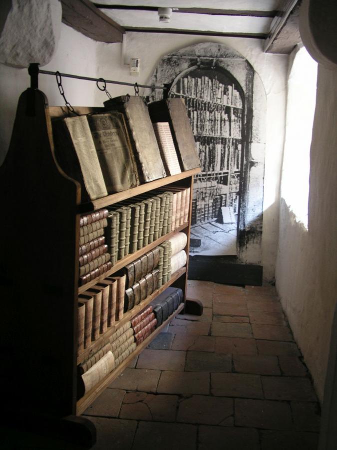 Pult mit Kettenbüchern