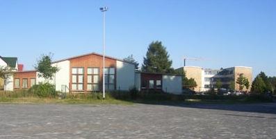 Blick auf das Orts- und Vereinszentrum und die Grundschule im Hintergrund