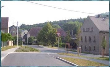 Blick auf die Lindenstraße mit neu gestaltetem Kreuzungsbereich