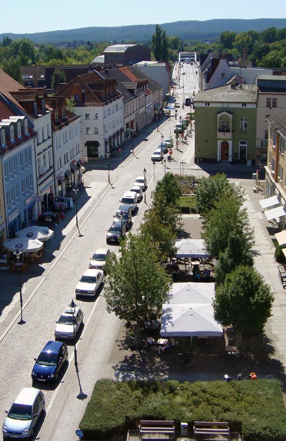 Blick vom Alten Rathaus nach Süden: durch die Mühlenstraße, über die Spreebrücke, auf die Rauener Berge.