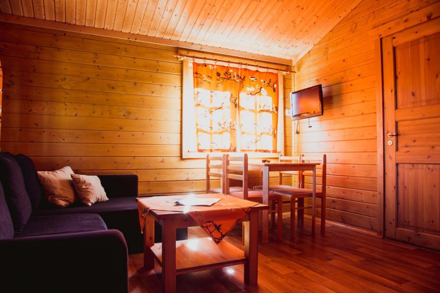 Campingplatz Rathenow Blockhütte mit Kamin Wohnzimmer