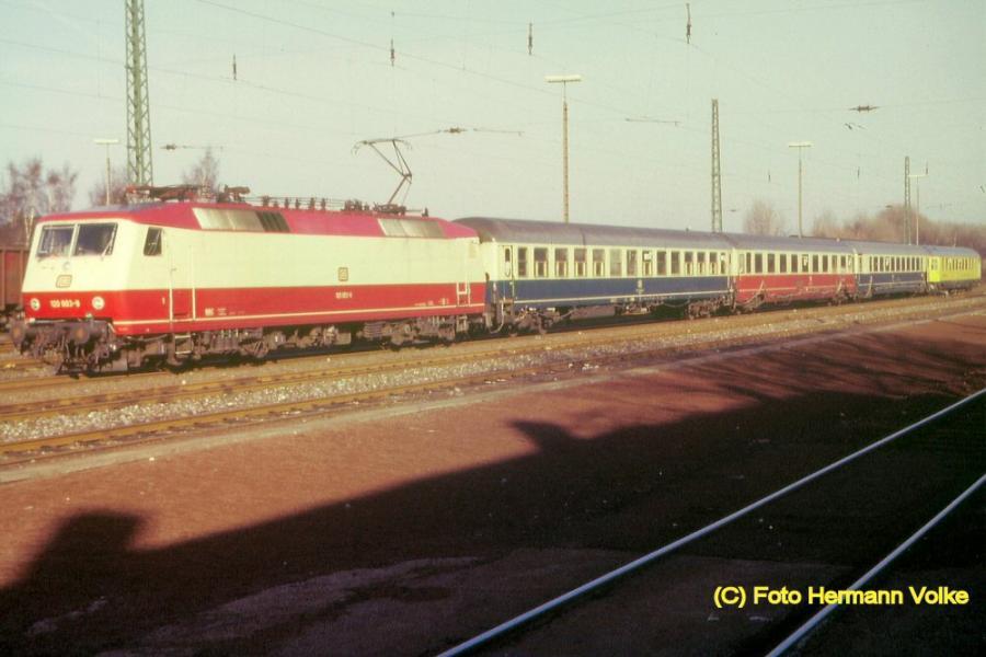 Lok der BR 120 vor einem Meßzug