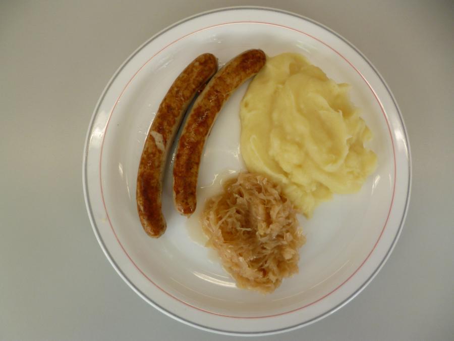 Bratwurst mit Kartoffelbrei und Sauerkraut