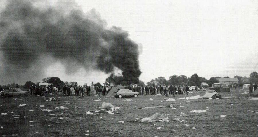 Brennende Strohballen und Autoreifen (1988)