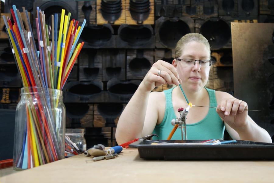 Britta Donath beim Perlenmachen