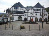 Brohl-Lützing 1 – Umgestaltung Dorfplatz mit Brunnen und Natursteinflächen (1988)