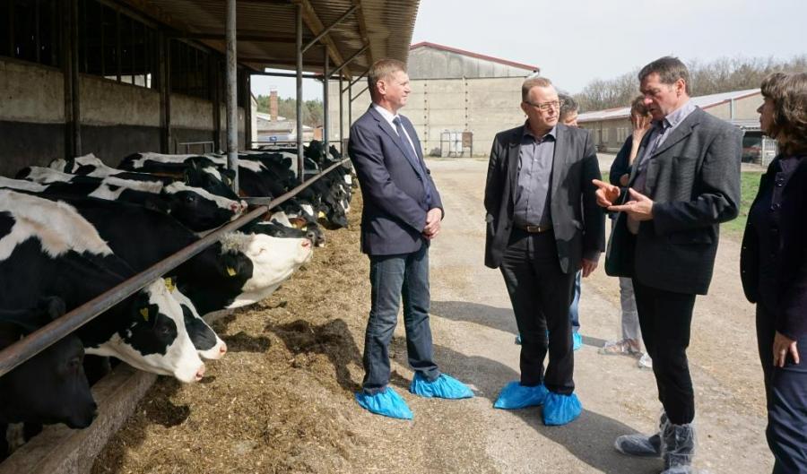 Staatssekretär Stübgen im Gespräch mit Rainer Wendland, Geschäftsführer der Landboden Bronkow Agrar GmbH