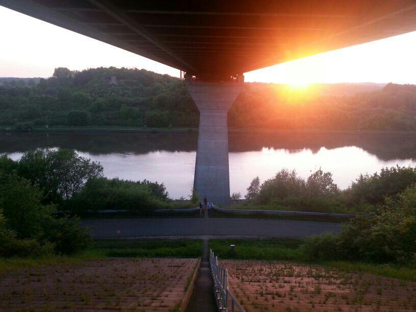 Sonnenuntergang unter der Brücke