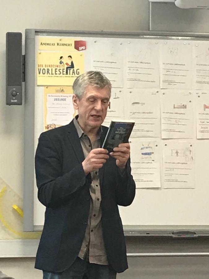 Herr Kuhnert liest