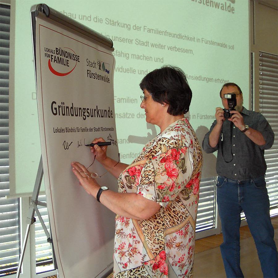 Monika Kilian, ehemalige Geschäftsführerin der AWO Fürstenwalde, bei der Unterzeichnung der Gründungsurkunde.