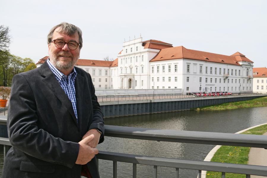 Bürgermeister Hans-Joachim Laesicke vor dem Schloss