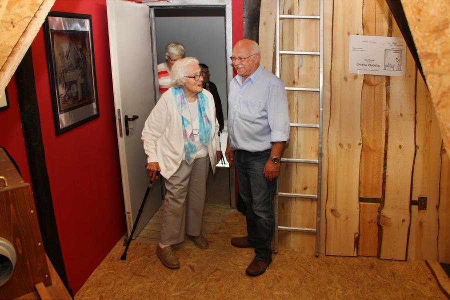 Peter Klodner erläutert Ursel Hartz die Camera obscura