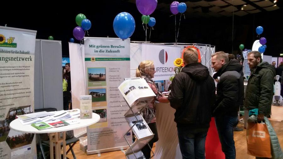 Interessenten im Gespräch mit Ingrid Kühnel auf der iBOB in Cottbus