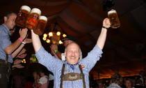 Dirndl, Lederhosen und eine Maß Bier - auch beim Deutsch-Schweizer Oktoberfest herrscht ausgelassene Stimmenung - Foto: Hahne