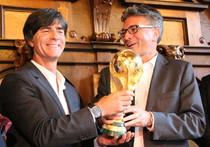 Auch einmal anfassen: Bundestrainer Joachim Löw (links) gibt Freiburgs OB Dieter Salomon den WM-Pokal - Foto: HAHNE