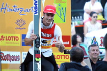 Daumen hoch: Andreas Wank freut sich über seinen Sieg in der Qualifikation - Foto: johapress / Hahne