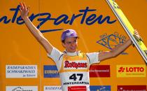 Andreas Wellinger jubelt über Sieg beim Sommer Grand Prix in Hinterzarten - Foto: johapress / Hahne